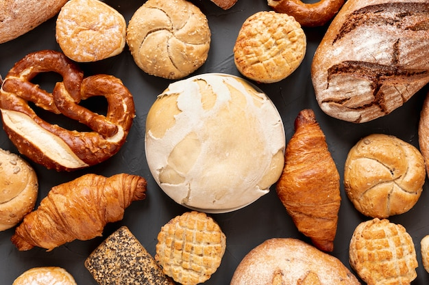 Bovenaanzicht brood bagels en croissants