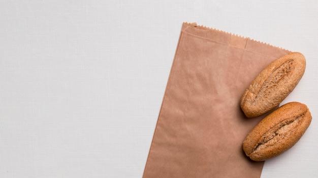Bovenaanzicht brood en papieren verpakkingen met kopieerruimte