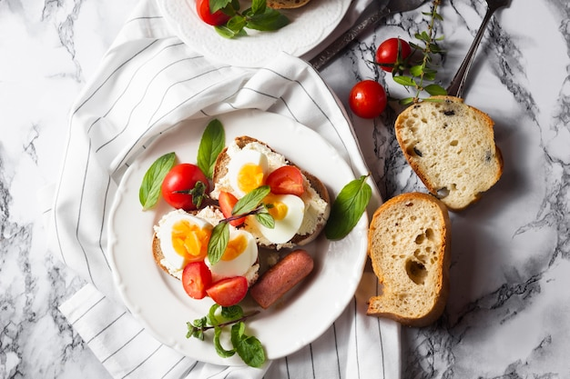 Bovenaanzicht brood met kaas hardgekookte eieren tomaten en hotdog