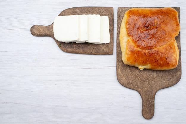 Bovenaanzicht brood met kaas op de witte achtergrond brood broodje maaltijd