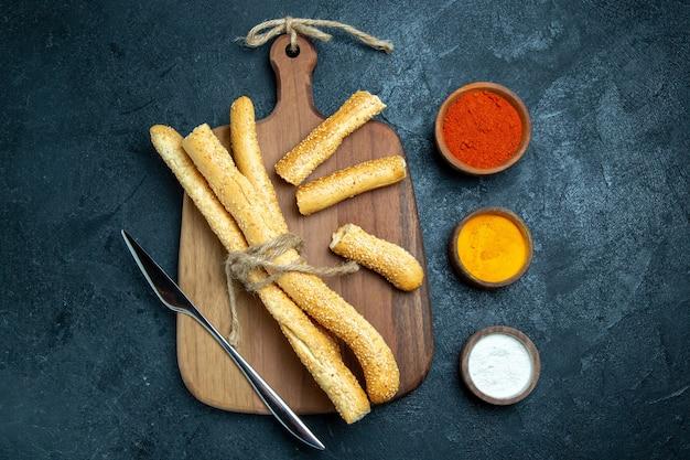 Bovenaanzicht broodbroodjes met kruiden op blauwe ruimte