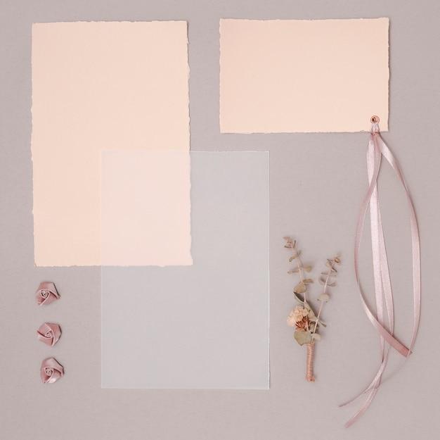 Bovenaanzicht bruiloft arrangement met uitnodigingen en ornamenten