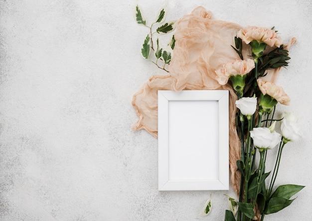 Bovenaanzicht bruiloft bloemen en frame met kopie ruimte
