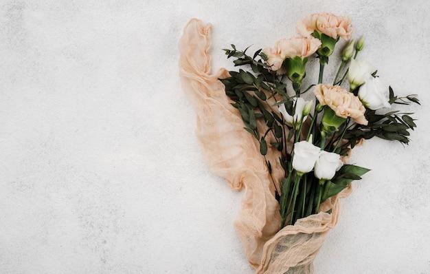 Bovenaanzicht bruiloft bloemen met kopie ruimte