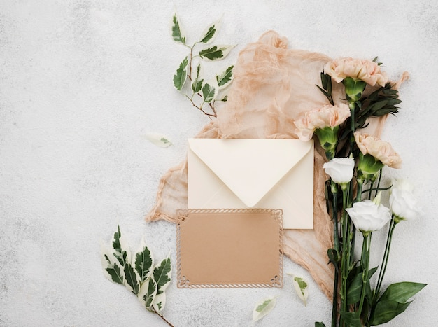 Bovenaanzicht bruiloft bloemen op de tafel