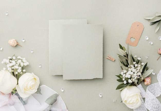 Bovenaanzicht bruiloft decoraties op tafel
