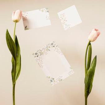 Bovenaanzicht bruiloft kaart met bloemen