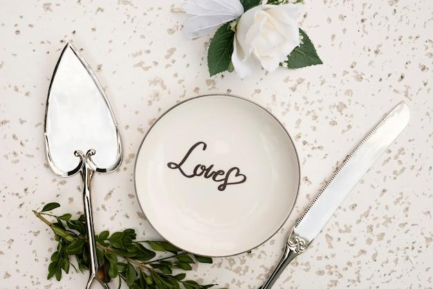 Bovenaanzicht bruiloft plaat met bestek