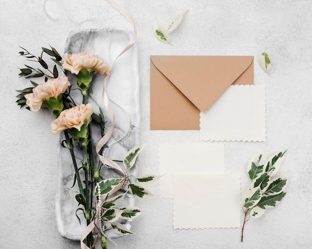 Bovenaanzicht bruiloft uitnodiging enveloppen met bloemen