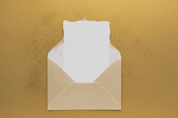 Bovenaanzicht bruiloft uitnodiging in envelop