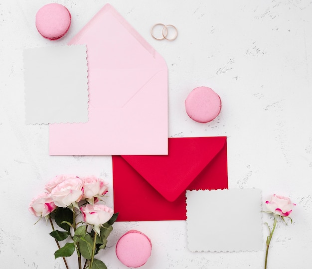 Bovenaanzicht bruiloft uitnodiging in enveloppen