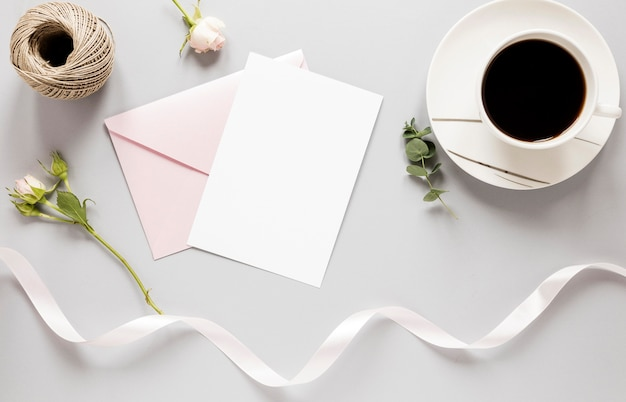 Bovenaanzicht bruiloft uitnodiging met koffie naast