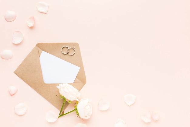 Bovenaanzicht bruiloft uitnodiging met kopie-ruimte
