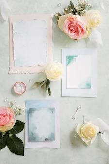 Bovenaanzicht bruiloft uitnodiging met ornamenten naast