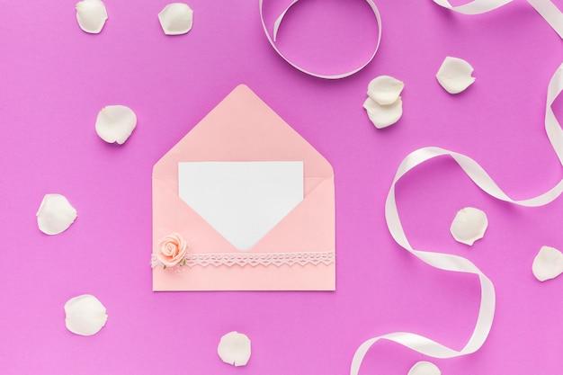 Bovenaanzicht bruiloft uitnodiging op tafel