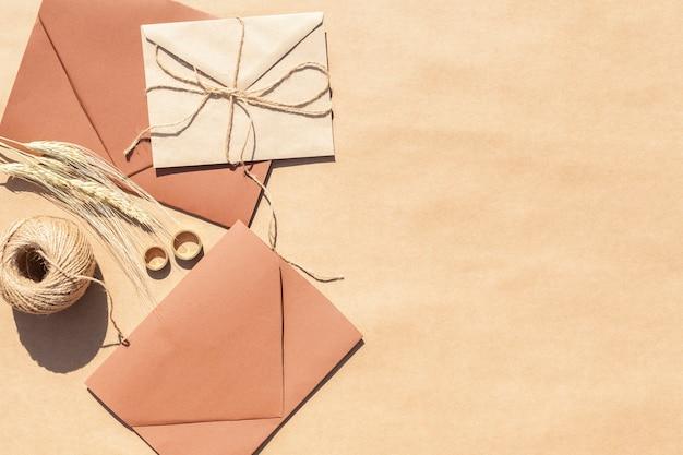 Bovenaanzicht bruiloft uitnodigingen in enveloppen met kopie ruimte