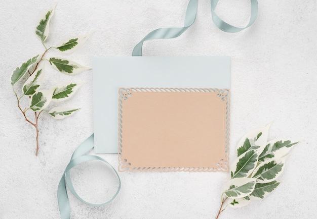 Bovenaanzicht bruiloft uitnodigingskaart envelop