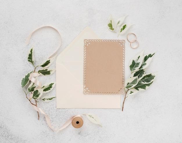 Bovenaanzicht bruiloft uitnodigingskaart met lint