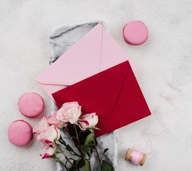 Bovenaanzicht bruiloft uitnodigingskaarten met bloemen