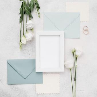 Bovenaanzicht bruiloft uitnodigingskaarten met frame