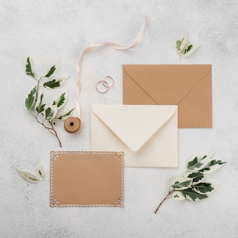 Bovenaanzicht bruiloft uitnodigingskaarten met lint