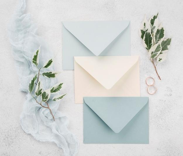 Bovenaanzicht bruiloft uitnodigingskaarten met ringen