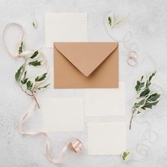 Bovenaanzicht bruiloft uitnodigingskaarten op de tafel