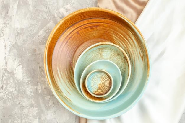 Bovenaanzicht bruin bord met kleinere borden op licht oppervlak keuken etensglas dames kleur maaltijd horizontaal