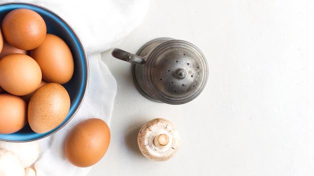 Bovenaanzicht bruine eieren en champignons