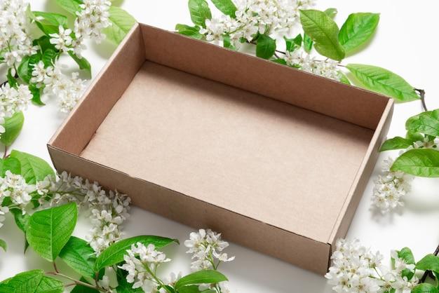 Bovenaanzicht bruine kartonnen doos in vogelkers
