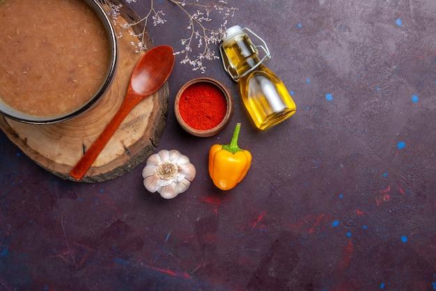 Bovenaanzicht bruine soep met olijfolie en knoflook op donkere ondergrond soep groenten maaltijd voedsel keukenboon