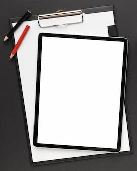 Bovenaanzicht bureau-assortiment met tablet met leeg scherm