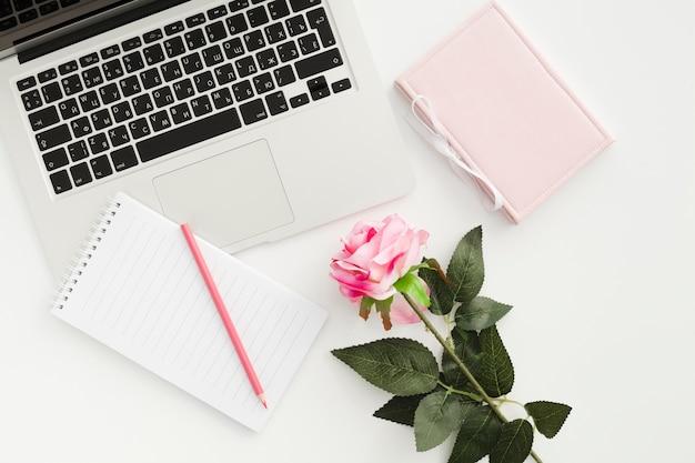 Bovenaanzicht bureau concept met een roos