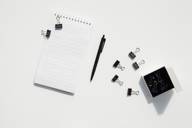 Bovenaanzicht bureau concept met kantooraccessoires