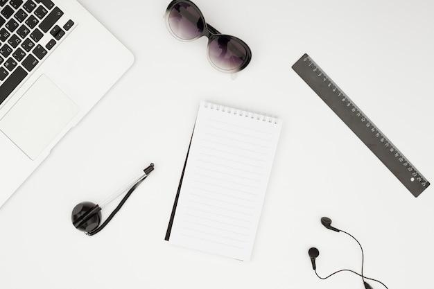 Bovenaanzicht bureau concept met kladblok