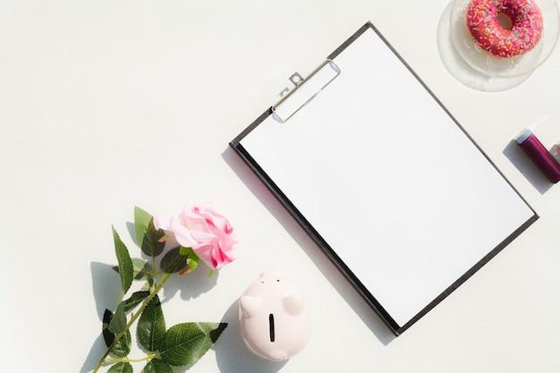 Bovenaanzicht bureau concept met klembord