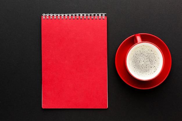 Bovenaanzicht bureau concept met koffie