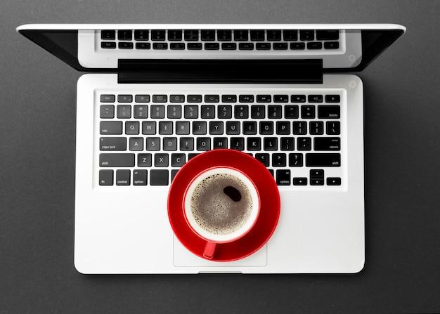 Bovenaanzicht bureau concept met laptop
