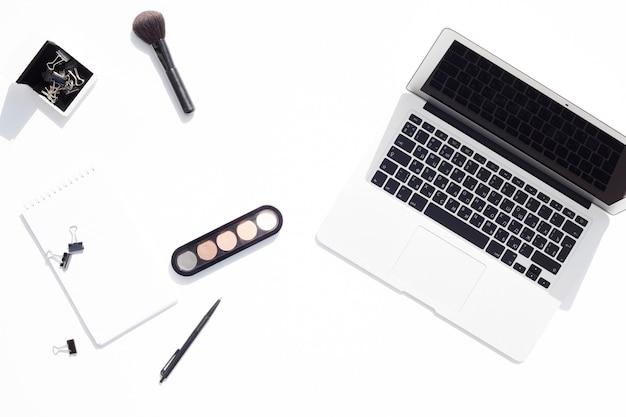 Bovenaanzicht bureau concept met make-up