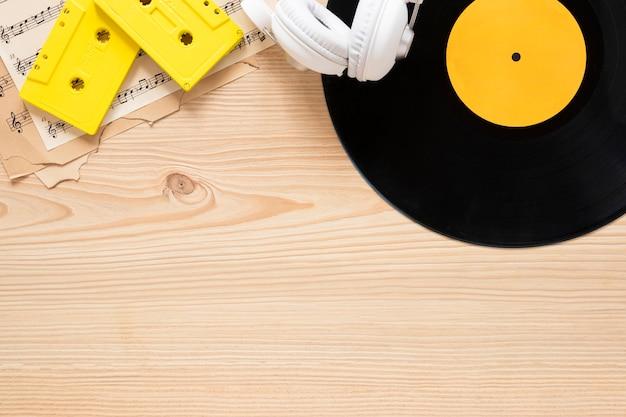 Bovenaanzicht bureau concept met muziek thema