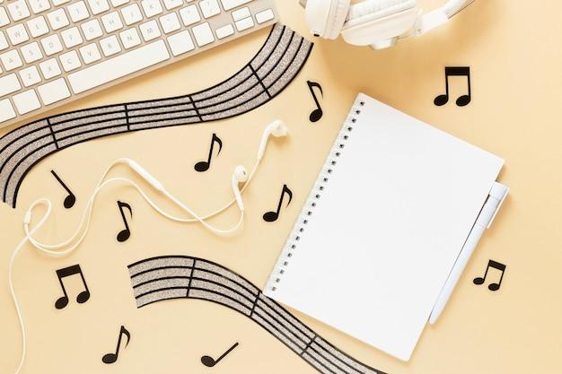 Bovenaanzicht bureau concept met muzikale thema