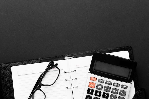 Bovenaanzicht bureau concept met rekenmachine