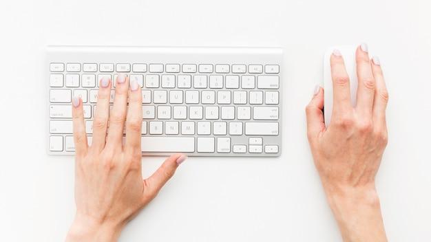 Bovenaanzicht bureau concept met toetsenbord