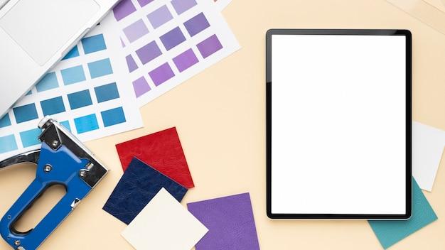Bovenaanzicht bureau-elementen arrangement met lege schermtablet