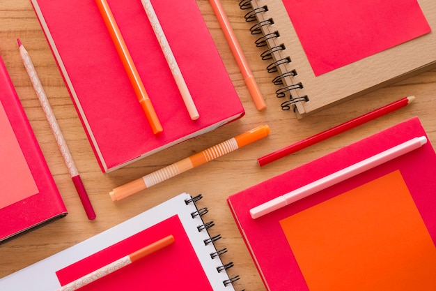 Bovenaanzicht bureau-elementen op houten tafel