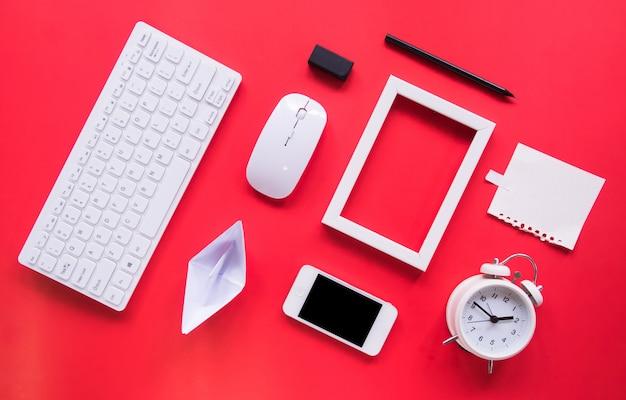 Bovenaanzicht, bureau en kantoor tools met kopie ruimte.