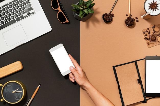 Bovenaanzicht bureau en menselijke hand plat
