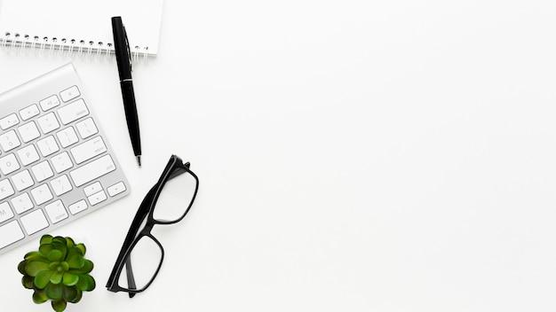 Bovenaanzicht bureau items frame met kopie-ruimte
