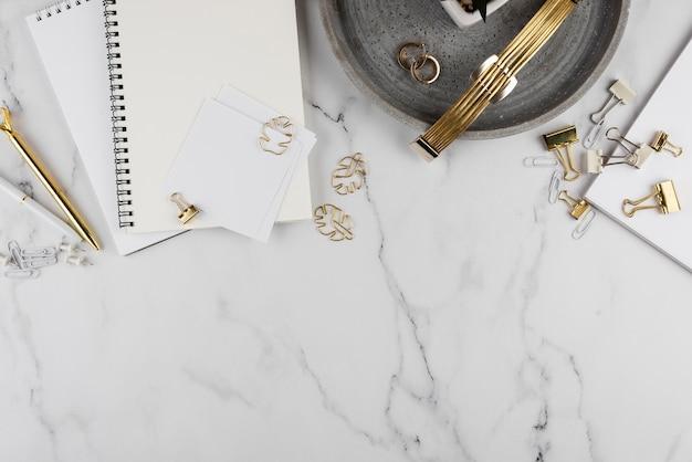 Bovenaanzicht bureau-items op marmeren tafel