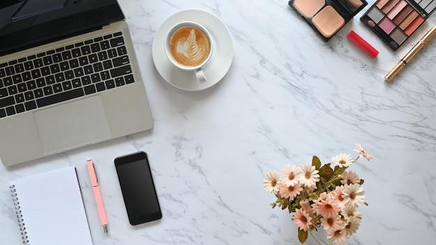 Bovenaanzicht bureau marmer met accessoires, schoonheid cosmetica, notebook werkruimte vrouw concept.
